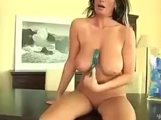 Mature hottie Pandora dildos her twat