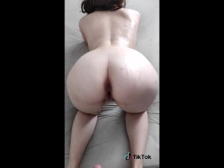 TEEN PAWG TWERKING NAKED IN BED SHOWING THE CUMSHOT ON HER ASS