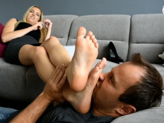Blonde foot worship stinky feet (II)