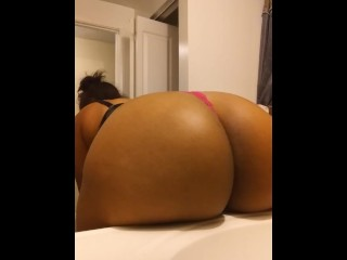 Thick bitch making her fat ass clap and twerking
